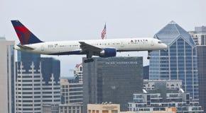 Ένα του δέλτα αεριωθούμενο αεροπλάνο στην προσέγγιση στο Σαν Ντιέγκο Στοκ φωτογραφία με δικαίωμα ελεύθερης χρήσης