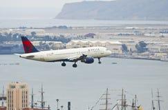 Ένα του δέλτα αεριωθούμενο αεροπλάνο στην προσέγγιση στο Σαν Ντιέγκο Στοκ εικόνες με δικαίωμα ελεύθερης χρήσης