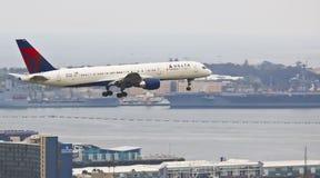 Ένα του δέλτα αεριωθούμενο αεροπλάνο στην προσέγγιση στο Σαν Ντιέγκο Στοκ Εικόνα