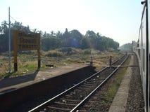 Ένα τρέχοντας μεγάλης απόστασης τραίνο σιδηροδρόμων στοκ φωτογραφία