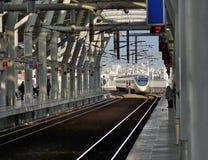 Ένα τραίνο μπαίνει σε έναν νέο σταθμό τρένου στην Ταϊβάν Στοκ εικόνα με δικαίωμα ελεύθερης χρήσης