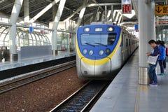 Ένα τραίνο μπαίνει σε έναν νέο σταθμό τρένου στην Ταϊβάν Στοκ Εικόνες
