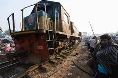 Ένα τραίνο οδηγεί μέσω μιας πολύ πολυάσχολης αγοράς πόλεων, Dhaka, Μπανγκλαντές στοκ εικόνες