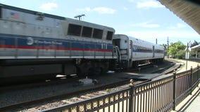 Ένα τραίνο που μπαίνει σε αργά το σταθμό (2 2) απόθεμα βίντεο