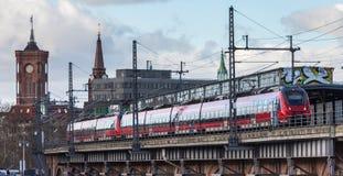 Ένα τραίνο στο κεντρικό Βερολίνο Γερμανία στοκ φωτογραφίες με δικαίωμα ελεύθερης χρήσης