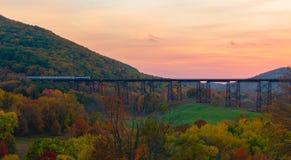 Ένα τραίνο Passanger που διασχίζει μια γέφυρα στοκ φωτογραφίες με δικαίωμα ελεύθερης χρήσης