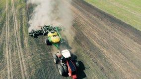 Ένα τρακτέρ ολοκληρώνει τις γεωργικές εργασίες, τοπ άποψη φιλμ μικρού μήκους