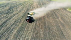 Ένα τρακτέρ σπέρνει έναν μεγάλο τομέα με τους σπόρους, τοπ άποψη φιλμ μικρού μήκους
