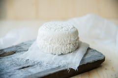 Ένα τυρί αιγών που κόβεται στο μισό σε έναν τέμνοντα πίνακα Στοκ εικόνες με δικαίωμα ελεύθερης χρήσης