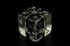 Ένα τυχερό παιχνίδι χωρίζει σε τετράγωνα φιαγμένος από γυαλί σε ένα μαύρο υπόβαθρο, για να τονίσει τη διαφάνεια στοκ φωτογραφία με δικαίωμα ελεύθερης χρήσης