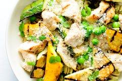 Ένα υγιές γεύμα καρδιών των ζυμαρικών pesto μπιζελιών με το κοτόπουλο και ψημένος στη σχάρα Στοκ φωτογραφίες με δικαίωμα ελεύθερης χρήσης