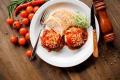 Ένα υγιές πρόγευμα με το τηγανισμένο αυγό, φρυγανιά και microgrin σε έναν ξύλινο πίνακα Στοκ Εικόνες