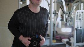 Ένα υπέρβαρο ενήλικο άτομο εκτελεί hyperextension σε μια γυμναστική απόθεμα βίντεο