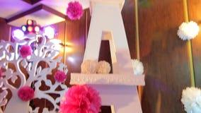 Ένα υπέροχα διακοσμημένο δωμάτιο, ένα όμορφο δωμάτιο, ένας διακοσμητικός πύργος του Άιφελ, άσπρος πύργος του Άιφελ, γαμήλια διακό απόθεμα βίντεο