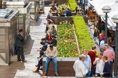 Ένα υπαίθριο διάστημα στο Canary Wharf που συσκευάζεται με την κατανάλωση ανθρώπων Στοκ Φωτογραφίες