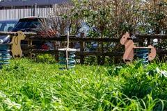 Ένα υπαίθριο πάρκο με τους γύρους διασκέδασης για τα παιδιά στοκ εικόνα