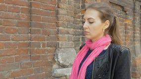 Ένα λυπημένο κορίτσι περπατά κάτω από τις λυπημένες σκέψεις οδών, αντανακλάσεις στις κακές ειδήσεις Επιθυμητός και απόγνωση απόθεμα βίντεο
