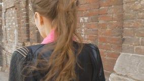Ένα λυπημένο κορίτσι περπατά κάτω από τις λυπημένες σκέψεις οδών, αντανακλάσεις στις κακές ειδήσεις Επιθυμητός και απόγνωση κίνησ απόθεμα βίντεο