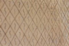 Ένα υπόβαθρο που αποτελείται από τις γεωμετρικές μορφές Ένας τοίχος των καφετιών rhombuses Στοκ φωτογραφία με δικαίωμα ελεύθερης χρήσης