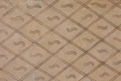 Ένα υπόβαθρο που αποτελείται από τις γεωμετρικές μορφές Ένας τοίχος των καφετιών rhombuses Στοκ Εικόνα