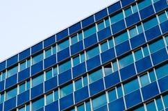 Ένα υψηλό μπλε κτίριο γραφείων γυαλιού Στοκ Φωτογραφίες