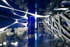 Ένα φανταστικό εσωτερικό του μέλλοντος στα γκρίζα μπλε χρώματα Στοκ φωτογραφία με δικαίωμα ελεύθερης χρήσης