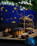 Ένα φανταστικό cupcake με τους κρίνους της κοιλάδας ενάντια στον έναστρο ουρανό στοκ φωτογραφία