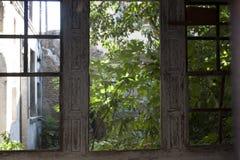 Ένα φανταχτερό παλαιό παράθυρο σε πράσινο Στοκ φωτογραφίες με δικαίωμα ελεύθερης χρήσης