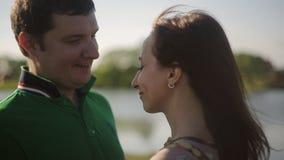 Ένα φιλί μιας νεολαίας συνδέει από τον ποταμό ευτυχείς τύπος και γυναίκα αγάπης κατά την ημερομηνία απόθεμα βίντεο