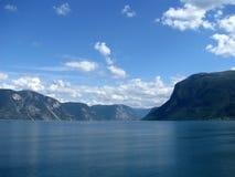 Ένα φιορδ, βουνά και ουρανός Στοκ Φωτογραφία