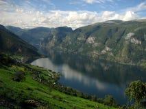 Ένα φιορδ και βουνά, Νορβηγία Στοκ φωτογραφία με δικαίωμα ελεύθερης χρήσης