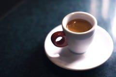 Ένα φλιτζάνι του καφέ είναι americano σε ένα σκοτεινό υπόβαθρο Στοκ Εικόνες