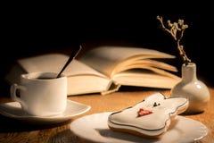 Ένα φλιτζάνι του καφέ και ένα μελόψωμο στον πίνακα Στοκ φωτογραφίες με δικαίωμα ελεύθερης χρήσης
