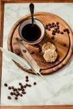 Ένα φλιτζάνι του καφέ και μπισκότα Διάλειμμα ή πρόγευμα ελάχιστο Στοκ φωτογραφία με δικαίωμα ελεύθερης χρήσης