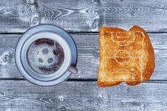 Ένα φλιτζάνι του καφέ και ένα ψωμί ψήνουν σε μια ξύλινη άποψη επιτραπέζιων κορυφών Στοκ φωτογραφία με δικαίωμα ελεύθερης χρήσης