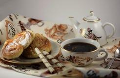 Ένα φλιτζάνι του καφέ με τα κουλούρια στοκ φωτογραφία με δικαίωμα ελεύθερης χρήσης