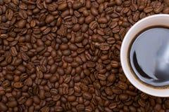 Ένα φλιτζάνι του καφέ σε ένα καφετί υπόβαθρο Στοκ εικόνες με δικαίωμα ελεύθερης χρήσης