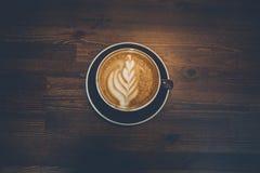 Ένα φλιτζάνι του καφέ στην ξύλινη επιφάνεια Στοκ φωτογραφίες με δικαίωμα ελεύθερης χρήσης