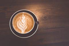 Ένα φλιτζάνι του καφέ στην ξύλινη επιφάνεια Στοκ εικόνες με δικαίωμα ελεύθερης χρήσης