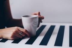 Ένα φλιτζάνι του καφέ στην ξύλινη σύσταση Στοκ φωτογραφία με δικαίωμα ελεύθερης χρήσης