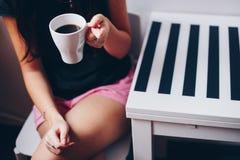 Ένα φλιτζάνι του καφέ στην ξύλινη σύσταση Στοκ Εικόνες