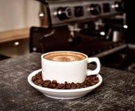 Ένα φλιτζάνι του καφέ στο φραγμό Στοκ εικόνες με δικαίωμα ελεύθερης χρήσης