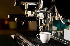 Ένα φλυτζάνι της μηχανής κατασκευαστών καφέ espresso Στοκ εικόνες με δικαίωμα ελεύθερης χρήσης