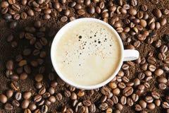 Ένα φλυτζάνι του ισχυρού frothy καφέ espresso Στοκ εικόνες με δικαίωμα ελεύθερης χρήσης