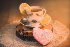 Ένα φλυτζάνι του καυτού τσαγιού με ένα μελόψωμο υπό μορφή καρδιάς Στοκ εικόνες με δικαίωμα ελεύθερης χρήσης