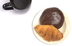 Ένα φλυτζάνι του μαύρων καφέ και της ζύμης στοκ εικόνα με δικαίωμα ελεύθερης χρήσης