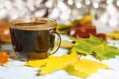 Ένα φλυτζάνι του πρωινού σε έναν πίνακα με το φθινόπωρο φεύγει στοκ φωτογραφίες με δικαίωμα ελεύθερης χρήσης