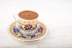 Ένα φλυτζάνι του τουρκικού καφέ σε ένα ξύλινο υπόβαθρο στοκ εικόνες