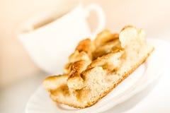 Ένα φλυτζάνι του τσαγιού, ένα πιατάκι με μια πίτα Στοκ Φωτογραφίες