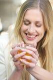 Ένα φλυτζάνι του τσαγιού που σας κάνει το χαμόγελο Στοκ Εικόνες
